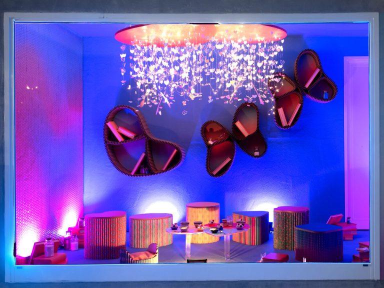 Stanza di Bloom: lampadario e libri