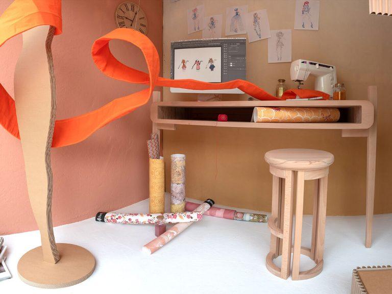 Stanza di Stella: tavolo, sedia e orologio